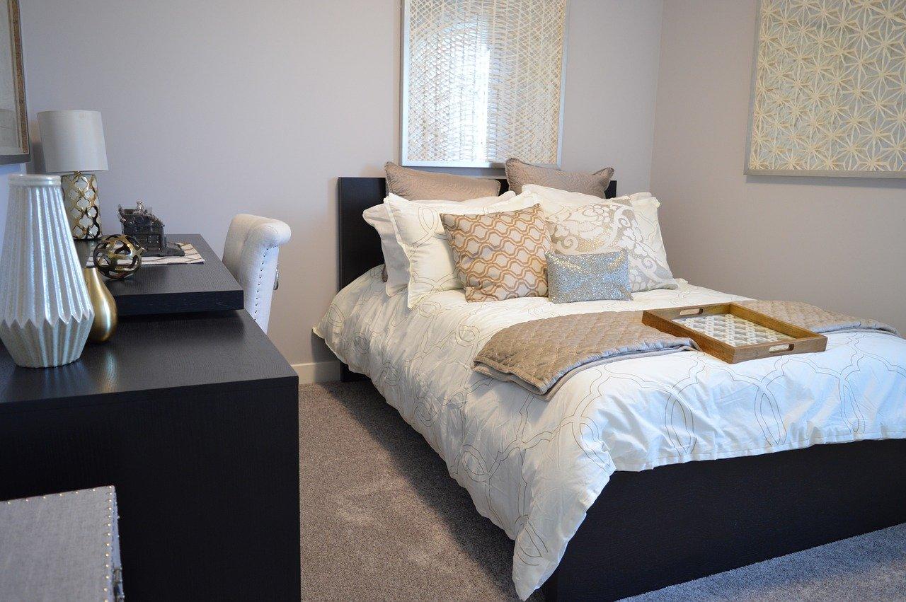 20 Tips For Organizing a Small Bedroom On A Budget